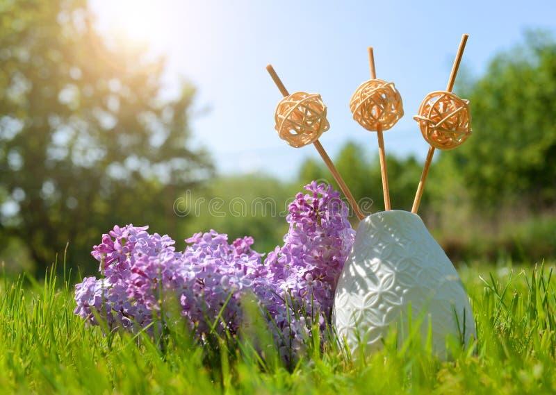 De fles van de luchtverfrissing met stokken en lilac bloemen stock foto's