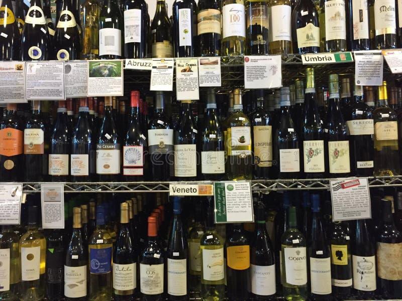 De fles van Nice wijn bij planken het verkopen stock foto's