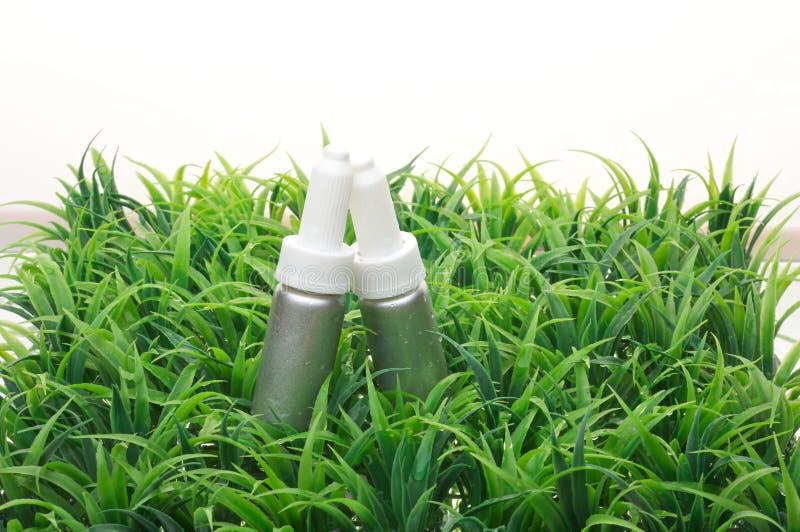 De fles van schoonheidsmiddelen op water royalty-vrije stock afbeeldingen