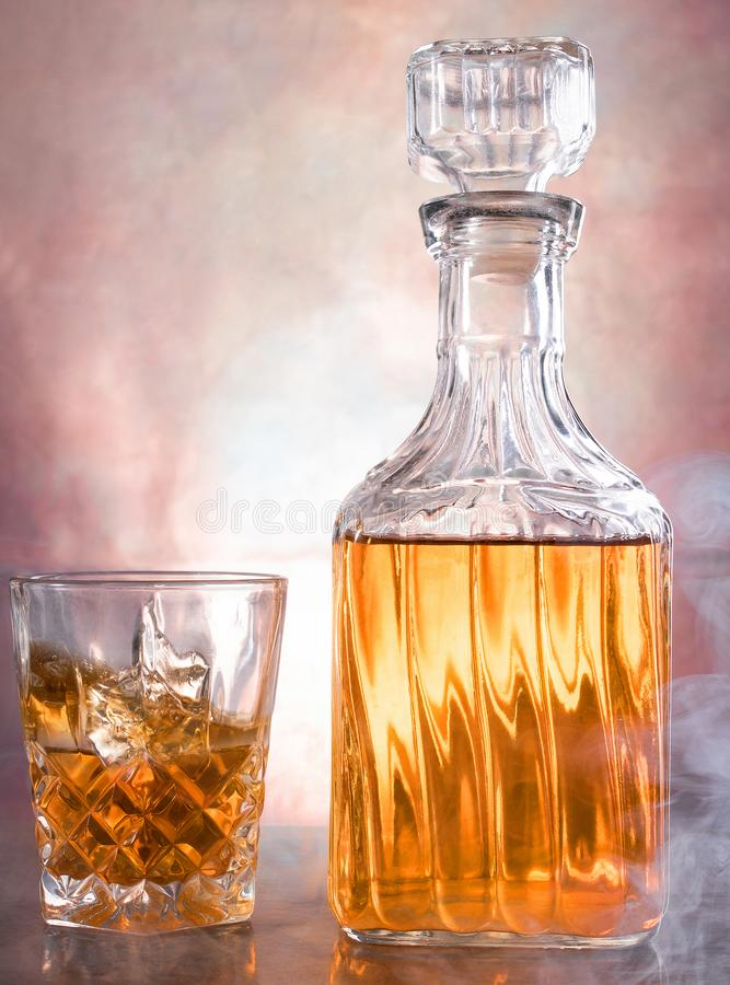 De fles van de whisky met glas royalty-vrije stock afbeelding