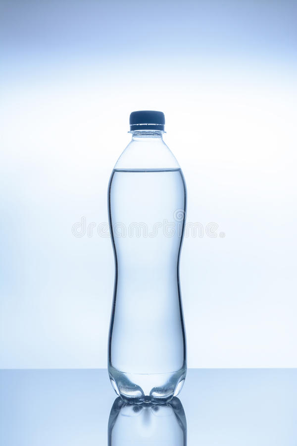 De fles water is royalty-vrije stock foto's