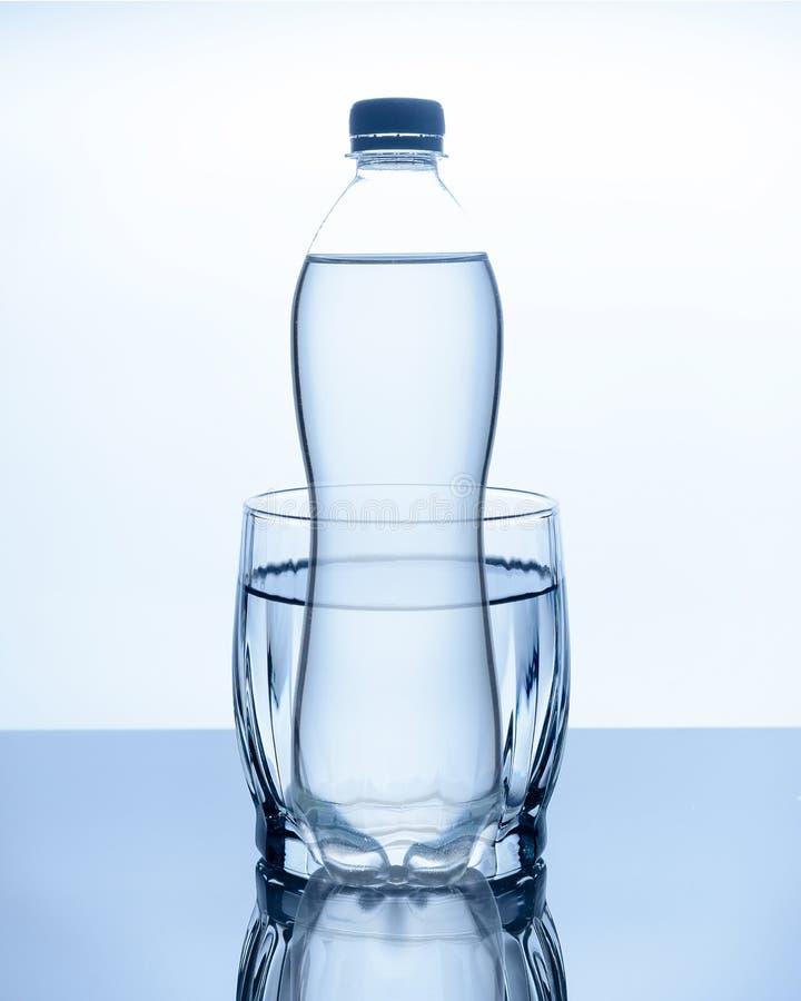 De fles water is stock fotografie
