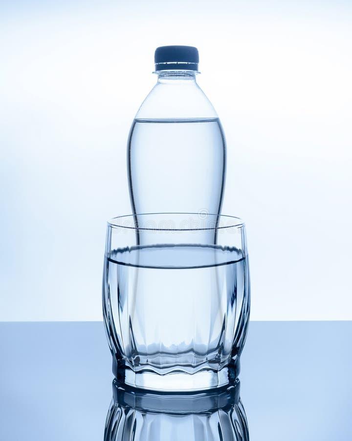 De fles water is stock foto