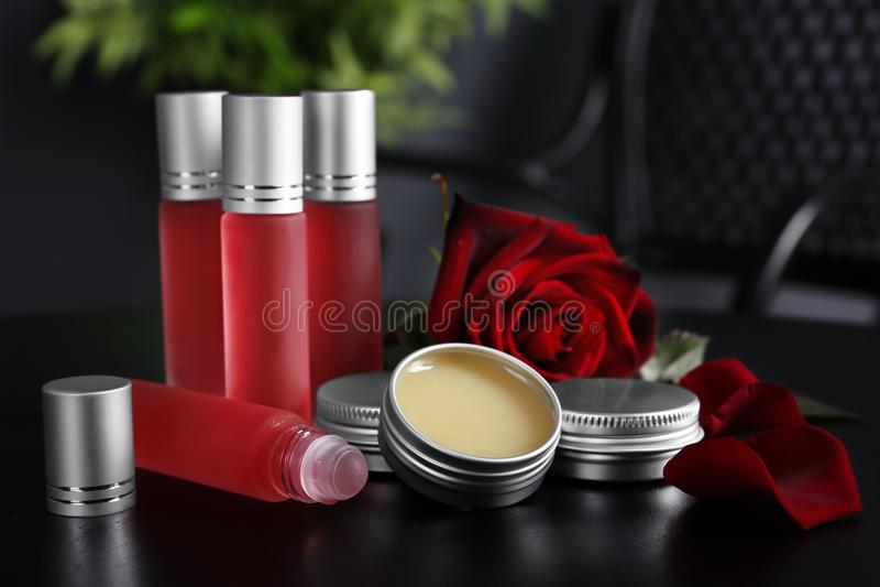 De flessen, containers met parfum en namen toe stock foto