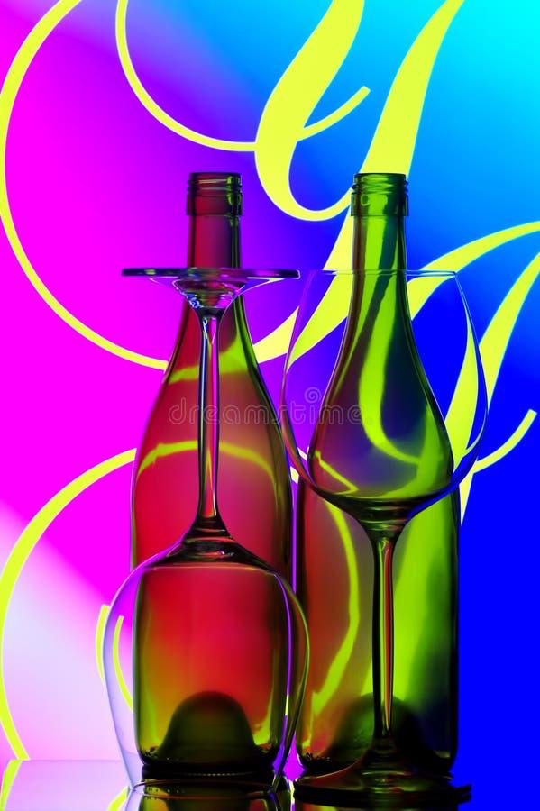 De flessen en de glazensamenvatting van de wijn royalty-vrije stock foto's