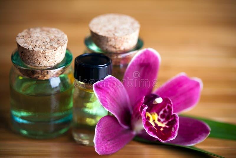 De flessen en de orchidee van het aroma royalty-vrije stock afbeeldingen