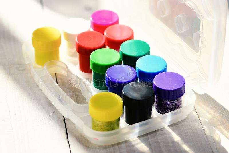 De flessen gouache met schittert in transparante doos royalty-vrije stock foto's
