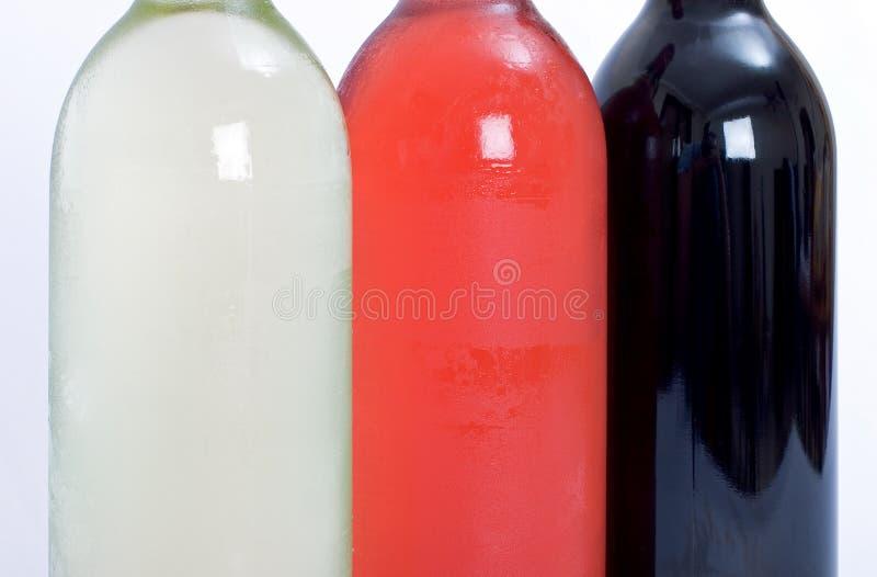 De flessen rood, wit en namen wijn toe royalty-vrije stock foto's