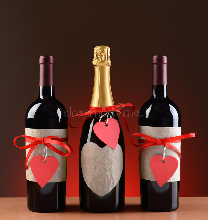 De Flessen van Champagne en van de Wijn die voor Valentine worden verfraaid royalty-vrije stock foto