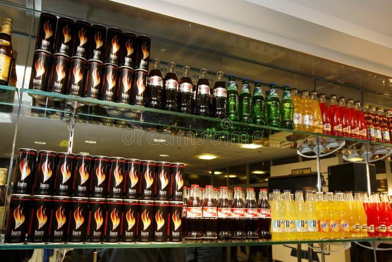 De flessen van de sodaproducten van de coca-cola bij de staaf stock fotografie