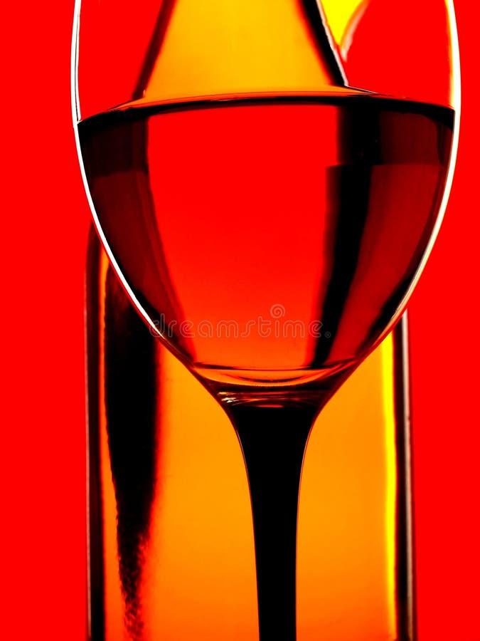 De Flessen van de wijn & de Achtergrond van het Glas stock foto's