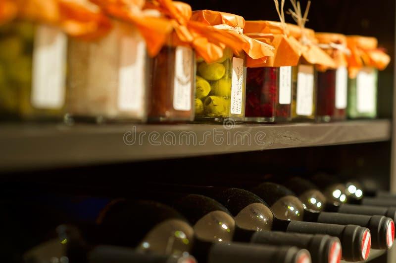 De flessen van de wijn in een rek stock foto's