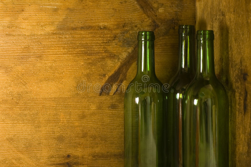 De Flessen van de wijn in Houten Krat royalty-vrije stock foto's