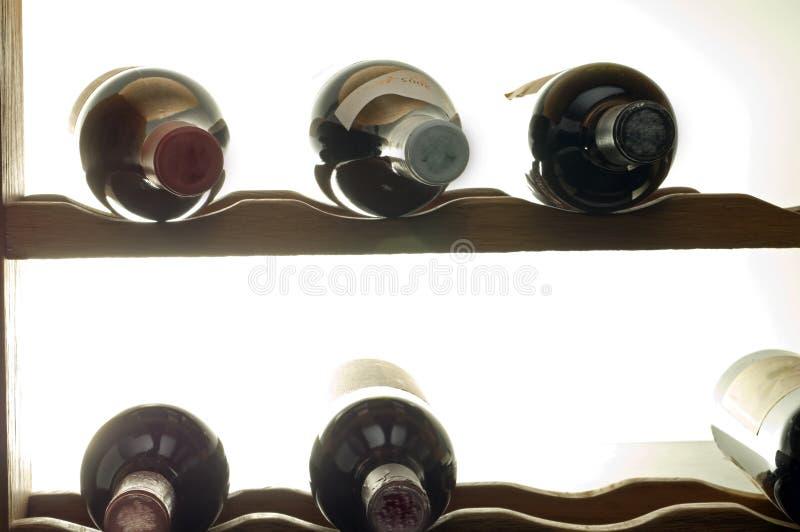 De flessen van de wijn in rek royalty-vrije stock afbeeldingen