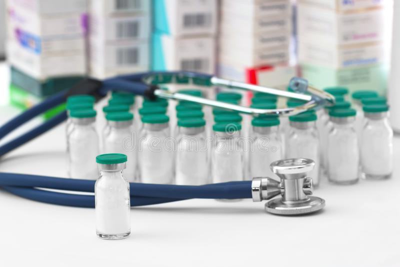De flessen van de glasgeneeskunde met antibiotica met een phonendoscope royalty-vrije stock foto