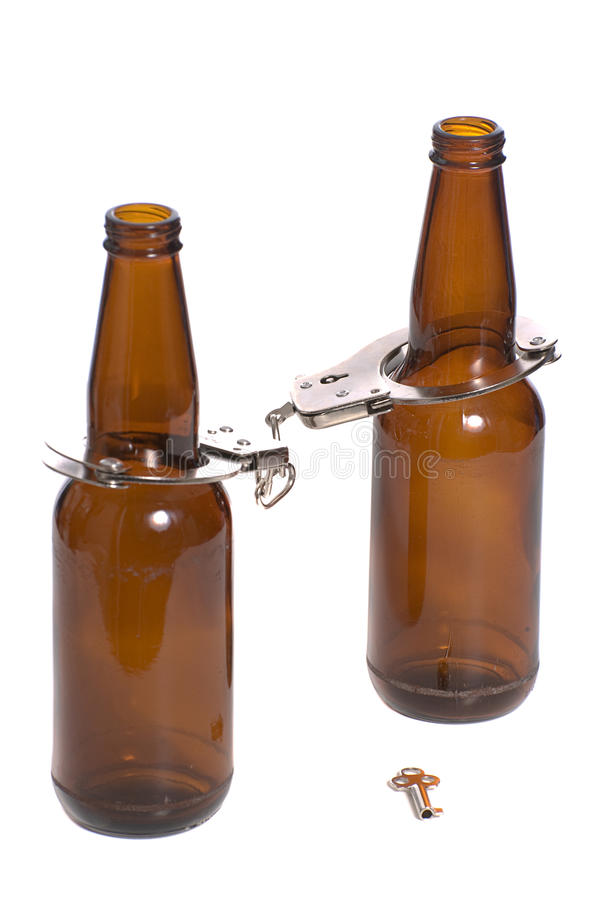De Flessen van het bier met Handcuffs stock foto's