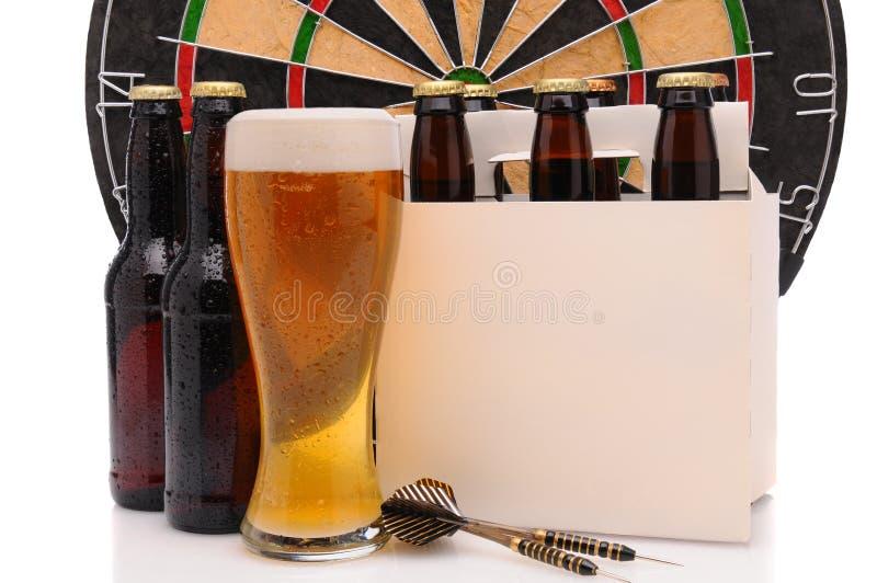 De Flessen van het bier met Pijltjes en Dartboard stock afbeeldingen