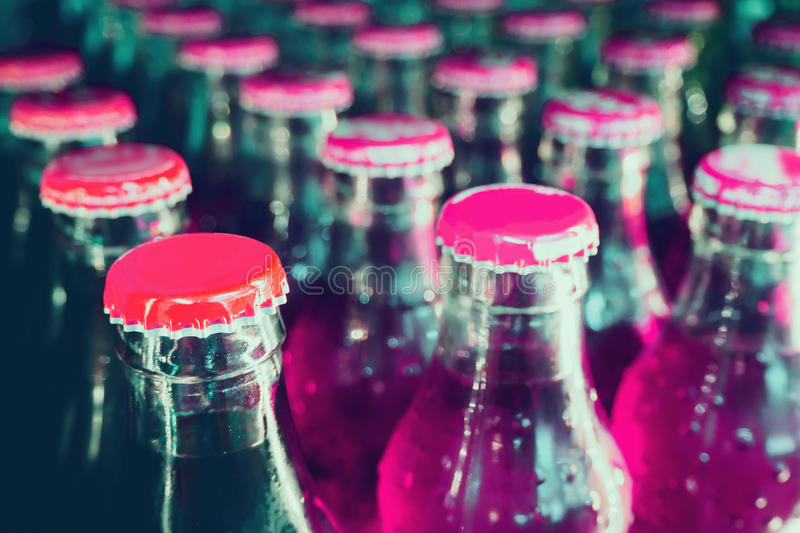 De flessen van het glas met frisdranken stock foto's