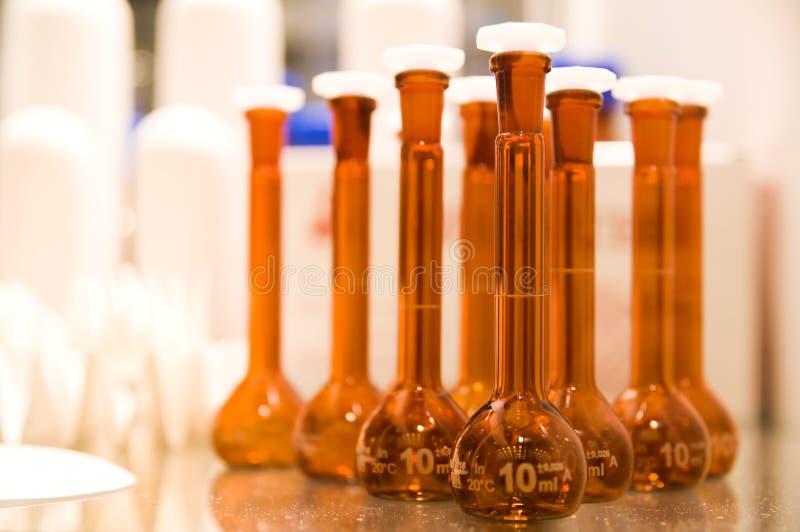 De flessen van het laboratorium stock afbeeldingen