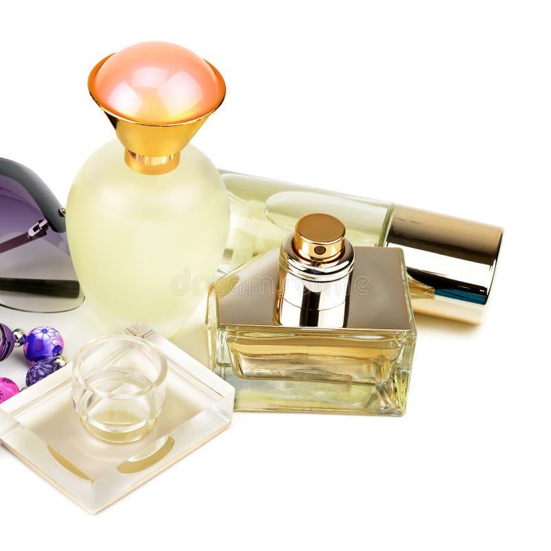 De flessen van het parfum op witte achtergrond worden ge?soleerde die royalty-vrije stock foto