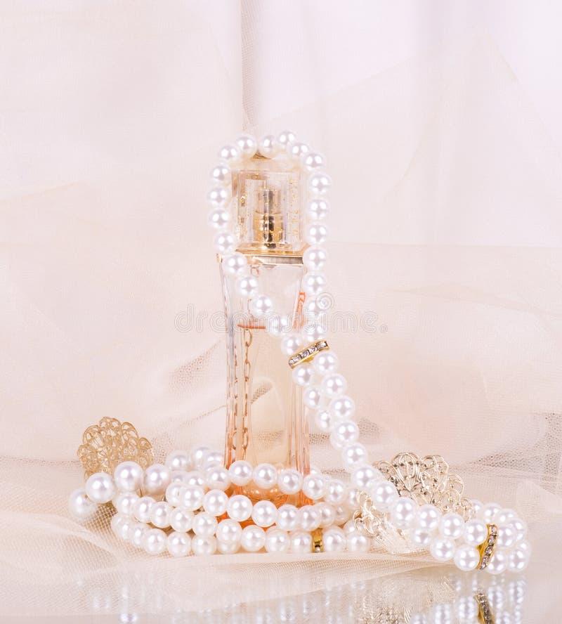 De flessen van het parfum, parelsparels stock foto's