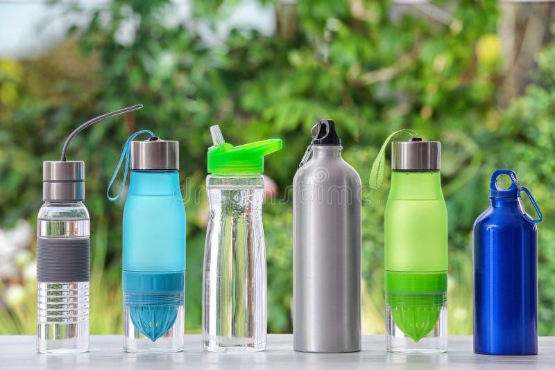 De flessen van het sportenwater op lijst royalty-vrije stock foto's