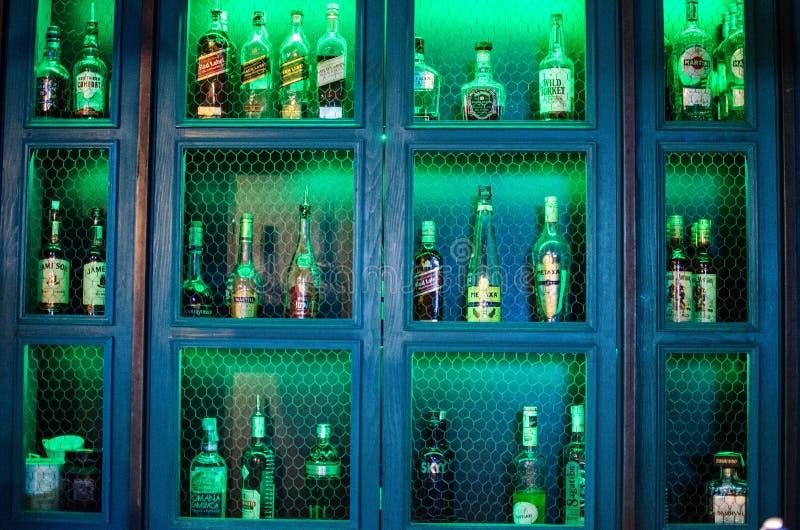 De flessen van Nice van drank in de bar stock afbeeldingen