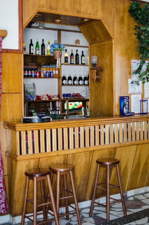 De flessen van Nice van drank in de bar stock fotografie
