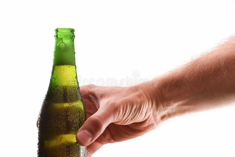 De flessenhoogtepunt van de handholding van open alcoholische drank witte achtergrond royalty-vrije stock afbeeldingen