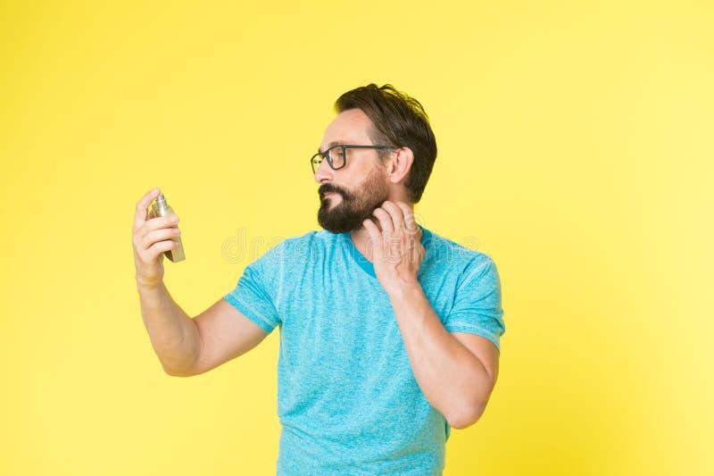 De flessenparfum van de mensen gebaard knap greep Het dragen van parfum verbetert stemming Hoe parfum voor mensen volgens kies royalty-vrije stock fotografie