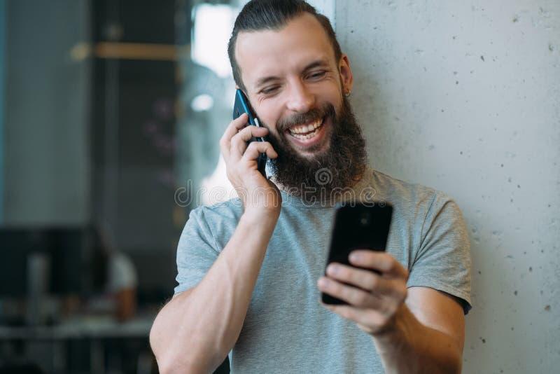 De flexibele uren plannen gelukkige werknemersonderbreking royalty-vrije stock afbeelding