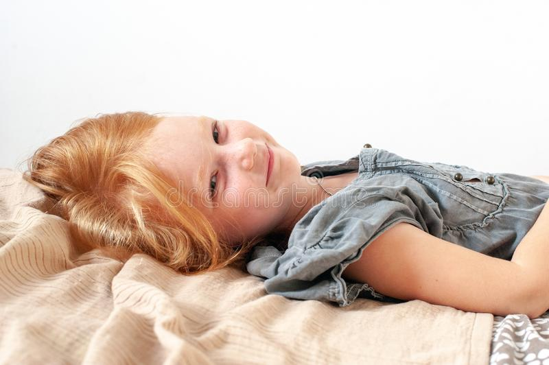 De flickalögnerna och leendena sött fotografering för bildbyråer
