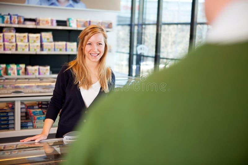 De Flirt van de Vrouw van de supermarkt royalty-vrije stock foto
