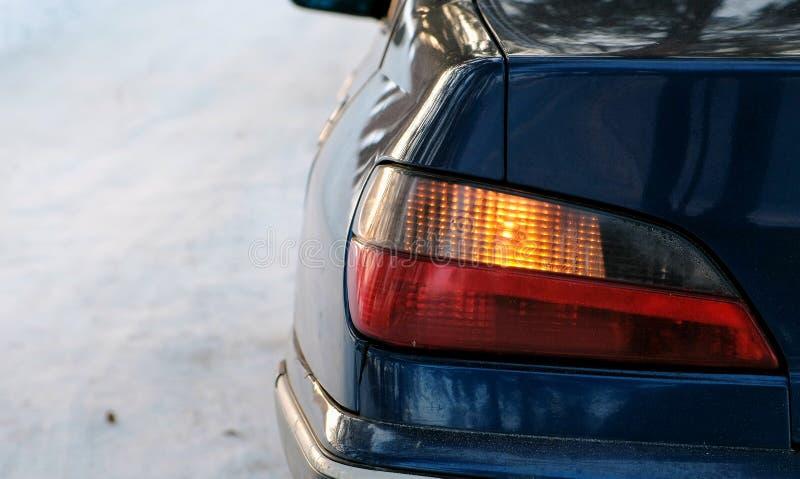 De flitsen van het close-upalarm op de linkerkant van het voertuig in de winterpark Achtermening van de kant stock fotografie