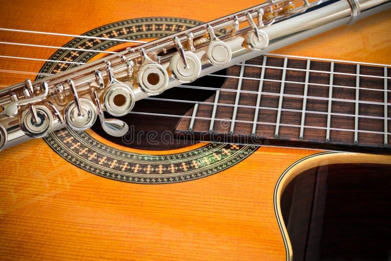 De fluit en een klassieke gitaar stock foto