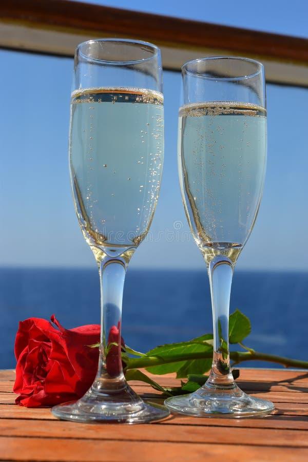 De fluiten van champagne en romantisch namen toe stock foto
