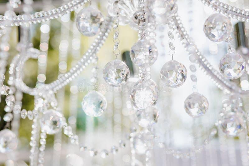 De Fonkelingskristal van de ceremoniedecoratie op Kroonluchter stock afbeelding