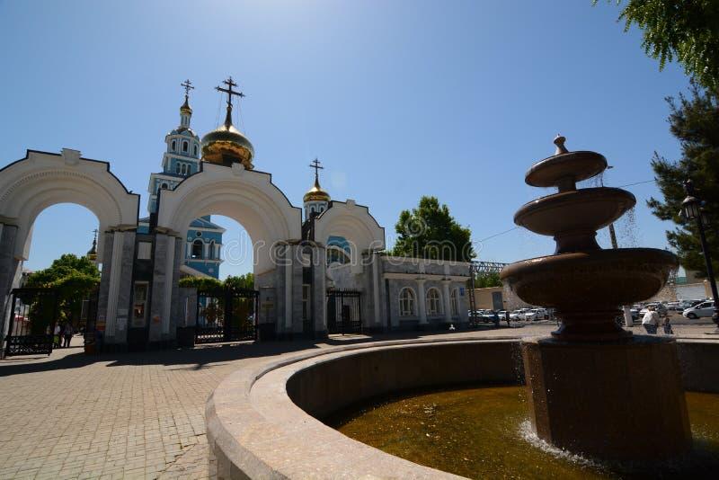 De fontein en de Kathedraal van de Veronderstelling van Virgin tashkent oezbekistan royalty-vrije stock afbeelding