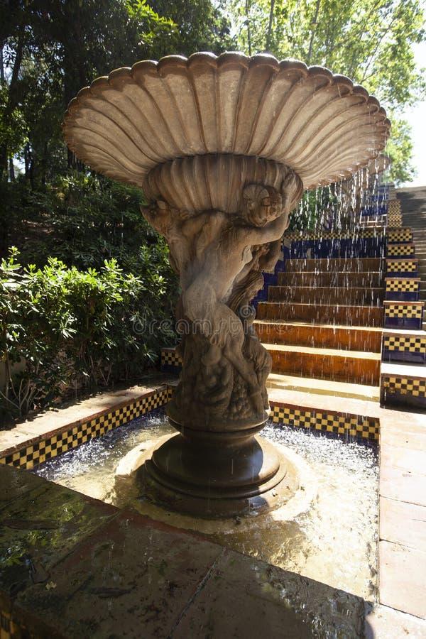 De fontein in de tuin, dalingen van water valt van de fontein op Passeig DE meer forestier Jean royalty-vrije stock afbeelding