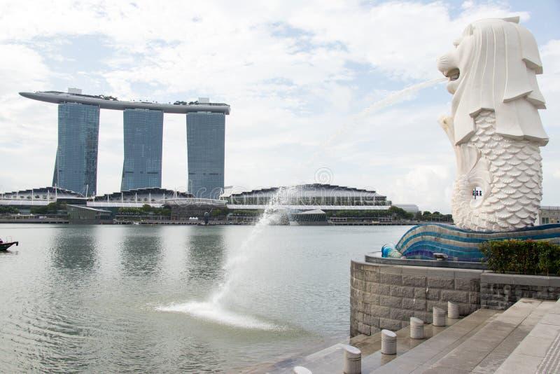 De fontein van het Merlionstandbeeld met het zandachtergrond van de Jachthavenbaai royalty-vrije stock foto's