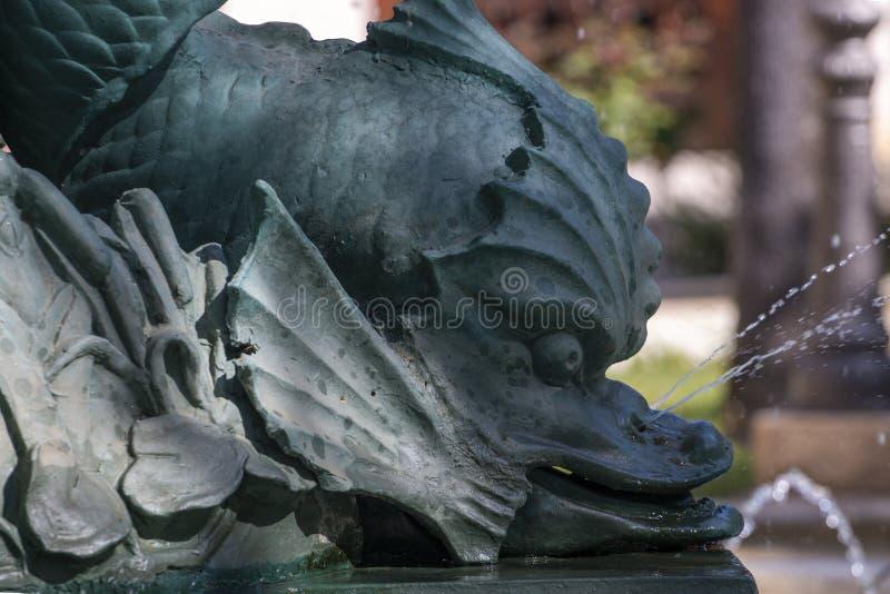 De fontein van het vissenstandbeeld stock foto's