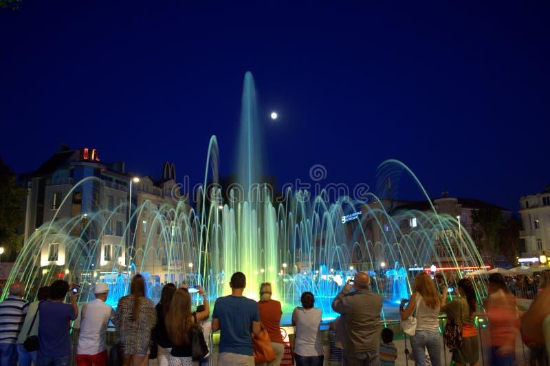 De fontein van het water bij nacht stock fotografie