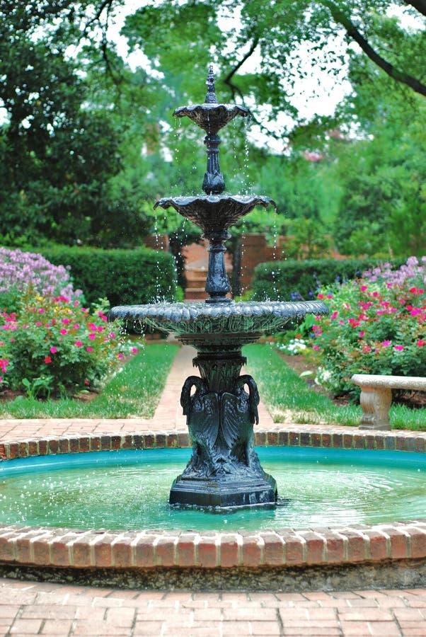 De fontein van het water in park stock afbeeldingen
