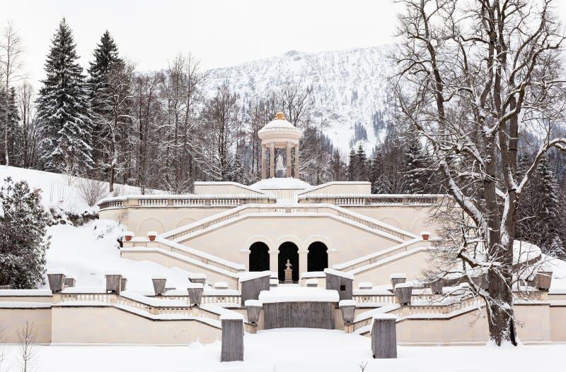 De fontein van kasteel Linderhof bij de winter stock afbeeldingen