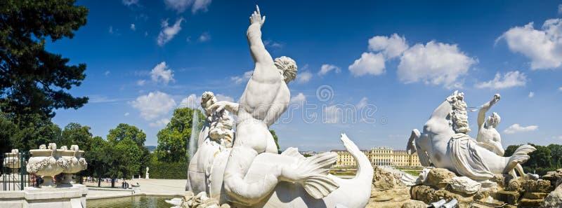 De Fontein van Neptunus & het Paleis van Schloss Schonbrunn stock foto's