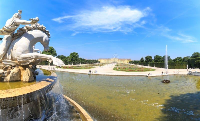 De fontein van Neptunus in het Paleis van Schloss Schonbrunn, Wenen stock fotografie