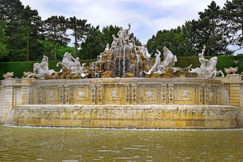 De Fontein van Neptunus in Schonbrunn-Paleistuinen, Wenen royalty-vrije stock afbeeldingen