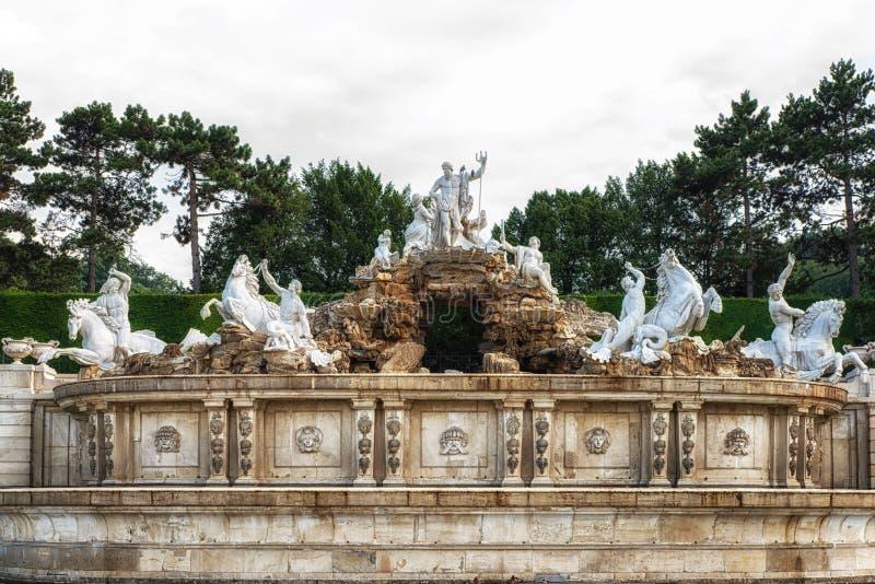De fontein van Neptunus in de tuin van het Schonbrunn-Paleis royalty-vrije stock fotografie