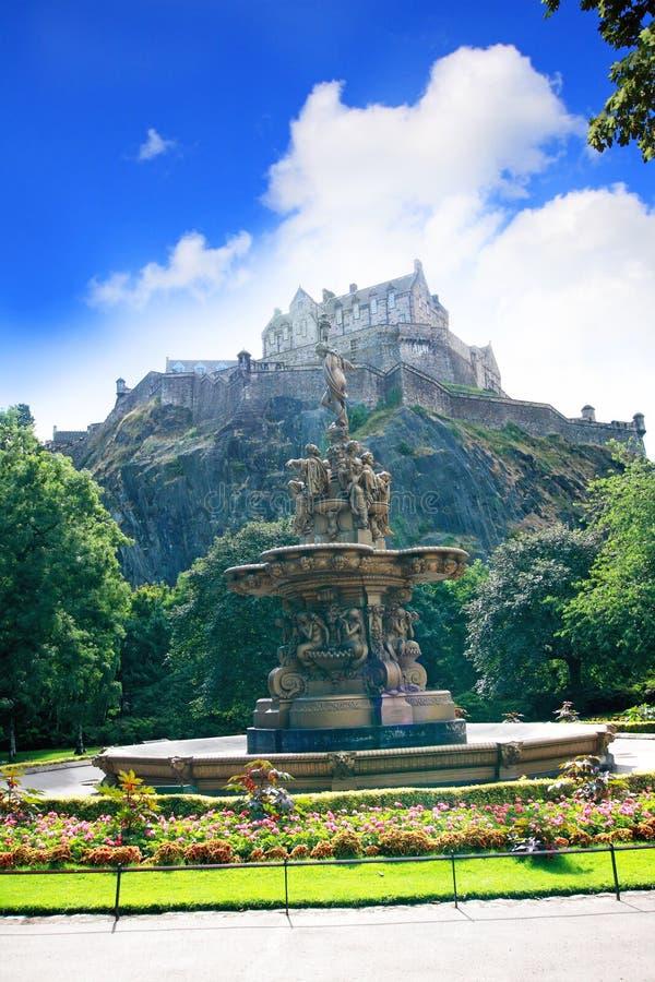 De fontein van Ross en het Kasteel van Edinburgh in Schotland royalty-vrije stock foto
