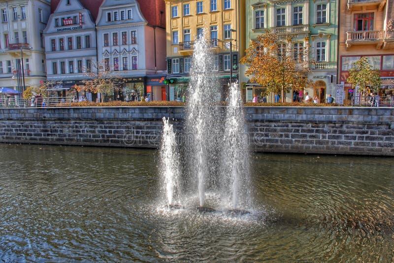 De fonteinen in de Tepla-Rivier in Karlovy variëren royalty-vrije stock fotografie